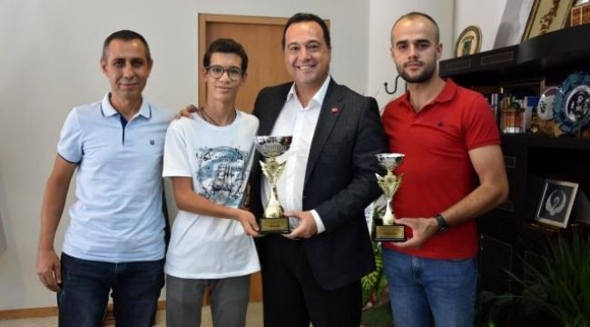 Akhisarlı motosikletçiler kupa sevincini Başkanla kutladı