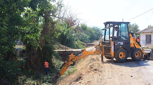 Antalya Büyükşehir Belediyesi Kumluca'da Kanal Temizliği Yapıyor